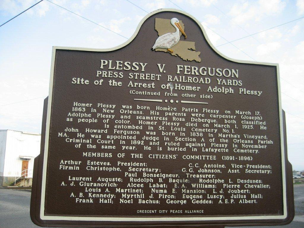 Placa conmemorativa de la detención de Homer Plessy, situada en el lugar donde se produjo su arresto